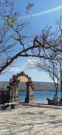 Gerbang yang berdiri tegak seolah menyambut pengunjung yang berkunjung ke pulau Menjangan.