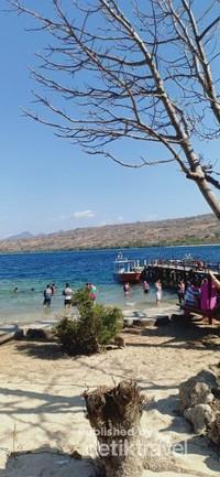 Pengunjung yang sedang bersiap untuk snorkeling di sekitar pulau Menjangan.
