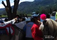 Naik kuda di telaga Sarangan