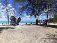 Suasa Pantai yang asri dengan pasir putih