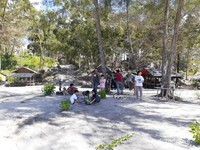 Lokasi beramain anak dan tempat duduk untuk bersantai menikmati makan siang