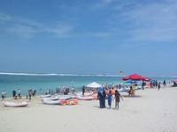 Birunya langit, air laut dan keindahaan garis pantai Pandawa.