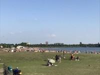 Danau buatan di taman Maxima menjadi salah satu tujuan favorit untuk piknik