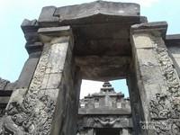 Gerbang memasuki candi utama di Candi Sambisari