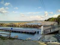 Kolam penyu berdampingan dengan area mandi Pantai Tongaci