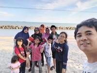 Photo keluarga dengan latar belakang pantai
