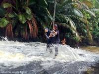 harus berani dan kuat memegang tali agar tidak terseret arus air terjun kandua raya.