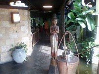 Pikulan cendol dan patung nuansa Jawa.