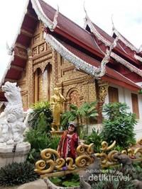 Berfoto di depan bangunan utama Wat Dokkam.