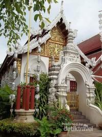 Bangunan Wat Dokkam dari sisi kanan.