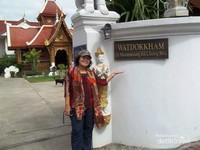 Berfoto di gerbang Wat Dokkam