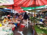 Pasarnya lebih tertib dibanding Indonesia. Sebagian lantainya becek karena terguyur hujan.