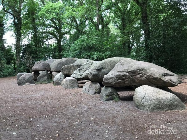 Pemakaman batu atau Hunebed terbesar yang diberi kode D 27