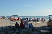 Tidak hanya muda-mudi yang berpasangan memadu asmara di tepi pantai, banyak juga wisatawan yang datang bersama keluarga kecil mereka.