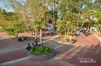 Pada kawasan pantai, juga terdapat taman-taman kecil tempat wisatawan duduk bersantai