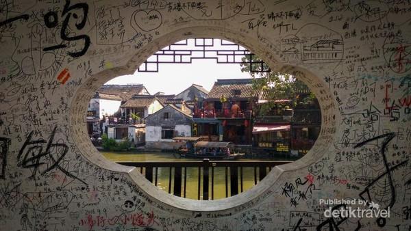 Pemandangan unik dari salah satu sisi lubang tembok di dalam kota air