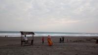 Pantai yang luas akan membuat pengunjung lega dalam menikmati pantai