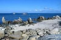 Menikmati keindahan laut dengan dengan pemandangan batu - batu.