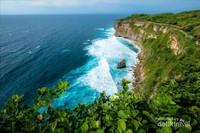 Pemandangan laut dan tebing di Uluwatu yang menjadi daya tarik bagi wisatawan.