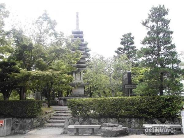 Bagian kuil Kiyomizudera di sekitar warung kecil yang menyediakan es sirup.