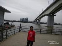 Mendung di tepian sungai Han Seoul.