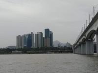Bangunan tinggi menjulang di seberang sungai Han, sisi lain kota Seoul.