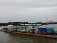 Perahu angkutan barang tampak bersandar di dermaga tepian sungai Han.