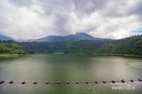 Menatap luasnya telaga dengan air yang tenang dan suara hewan-hewan di sekitar.