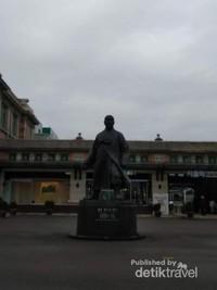 Mendung menambah suasana damai di sekitar stasiun.