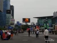 Suasana pusat-pusat perbelanjaan yang ada di sekitar stasiun.