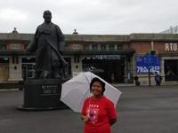 Berfoto di stasiun Seoul yang bersejarah.