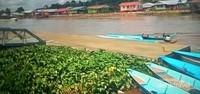 Damainya perkampungan di seberang yang dibangun di tepian Sungai Dalat.