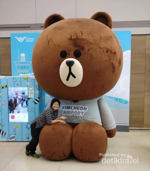 Bertemu dengan patung Brown di Incheon. Wahhhh Brown tanpa Cony wajahnya sedih sekali.