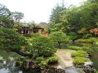 Jalan setapak menuju tea house di Taman Isuien.