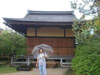 Berfoto dari samping bangunan yang digunakan untuk upacara minum teh.