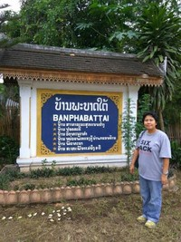 Berfoto di sebuah tugu kawasan Banphabattai.