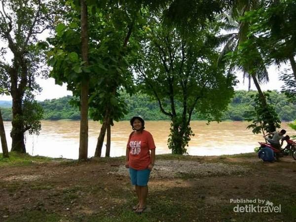 Berfoto di tepian sungai Mekong Luang Prabang