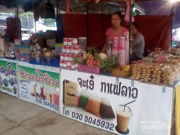 Pedagang minuman di pasar sore Luang Prabang.