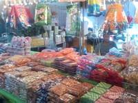 Aneka jajanan pasar, nampak astor yang dibungkus sederhana seperti di pasar tradisional di Indonesia.