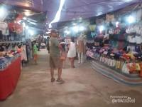 Pasar sederhana yang bersih, dengan pedagang yang diatur rapi di kawasan pasar sore ini.