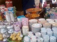 Ada juga peralatan makan yang dijual di pasar sore ini.