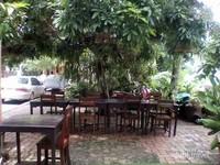 Meja dan kursi sebuah restoran di tepi sungai Mekong.