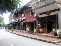 Jajaran kedai cendera mata di jalan utama kota Luang Prabang.