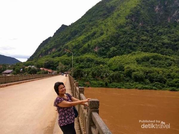 Berfoto di jembatan sungai Nam Ou di kota Nong Khiaw.