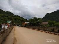 Jembatan sungai Nam Ou dengan pemandangan sekeliling yang menakjubkan.