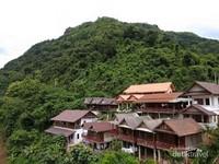 Rumah-rumah yang dibangun di tepian sungai Nam Ou.