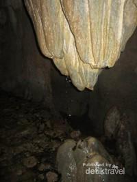 Stalaktit dan stalagmit yang berukuran besar menjadi perpaduan nan apik.