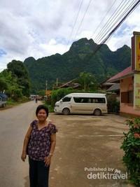 Jalan utama Nong Khiaw depan Phoulisac Guest House.