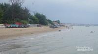 Pantai dengan hamparan pasir yang bersih