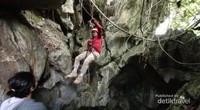 Bergelantungan di gua Semprong.